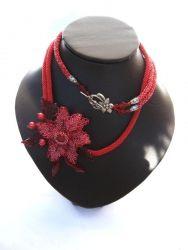 Длина ожерелья 90см, диаметр цветка 7 см. Можно носить как в длинном варианте, так и в коротком (вокруг шеи). Выполнено из чешского бисера.