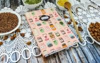 Блокнот для запису кулінарних рецептів. Формат А 5, більше 100 розлінованих сторінок кремового кольору, 4 розділювачі, закладка. Обгортка з бавовняної тканини, закривається на резинку. Написи українською мовою.
