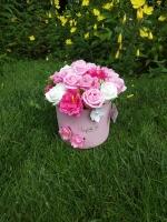 ВАС ВІТАЄ Творча майстерня ′САКУРА′! Букет з мильними квітами в коробці 12 мильних троянд, 4 камелії, 5 гілок сакури декор Розмір композиції: діаметр коробки з квітами 21 см, висота 23 см. Квіти зроблені з високоякісної мильної основи із застосуванням безпечних ненав′язливих ароматів (пружні, не кришаться, не сипляться, з ароматом квітів), що робить їх схожими на справжні. Мило виглядає як справжні пелюстки троянд. Ніжні і ароматні. Оригінальний подарунок рідним і близьким. Підніме настрій і нікого не залишить байдужим. Склад: гліцерин, полівініловий спирт, біле масло, харчовий барвник, харчовий крохмаль, харчовий ароматизатор, очищена вода. Додаткові елементи букета: Штучний флористичний декор. Мильні тільки бутони квітів.  Упаковка: Кожна композиція грунтовно пакується в коробку з м′яким наповнювачем, квіти залишаються неушкодженими навіть після довгої поїздки.