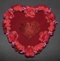 Материал: основа - сердце из пенопласта, обтянуто тканью. Сердце украшено: розочки из латекса, цветы из ткани, тычинки, деревянное сердце покрыто глиттером. Размер: высота 23 см, ширина 24 см. Оригинальный подарок для Любимых к празднику Влюблённых!