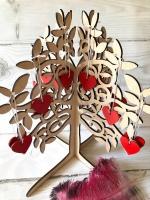 Декоративное дерево пожеланий изготовлено из фанеры толщиной 6 мм. Высота 47 см,ширина 44 см, сердечки 5х5 см, сердечек 25 шт.( если вам нужно больше,еще можно заказать дополнительно,) Дерево пожеланий на свадьбу — оригинальное украшение для праздника. Свадебное дерево пожеланий — это уникальная и оригинальная замена традиционным книгам для пожеланий. Многие гости стремятся порадовать жениха и невесту не только хорошим подарком, но и красивыми и теплыми словами. Почему бы не позволить им сделать это интересным и необычным способом?  Если Вы хотите выразить особый стиль своей свадьбы и приятно удивить гостей, тогда в нашем магазине можете купить дерево пожеланий.  Дерево пожеланий — особенности и преимущества аксессуара Свадебное дерево пожеланий представляет собой фигурку с сердечками. Само дерево сделано из фанеры толщиной всего в 6 миллиметра, состоит из двух частей,которые легко собрать за одну минуту,просто вставить половинки друг в друга. Данный аксессуар можно поместить в любом месте: на столике, кэнди-баре, специальной подставке в центре зала. Главное правило — ставить его именно там, куда гостям будет удобно подойти и написать приятные слова, адресованные виновникам торжества. — предмета для сохранения красивых слов; — развлечения для гостей. с