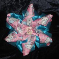 Красивые и нарядные украшения для маленьких леди. Красивые цветы канзаши, смотрятся празднично и могут подойти к любому наряду. Каждый заказ обсуждается индивидуально и выполняется в максимально короткие сроки. Бантик сделан на резинке из атласных и репсовых лент, по индивидуальному желанию можно сделать под, обруч, заколку крокодил и т.д. Размер 10см.  Оплата на карту, предоплата 100%. Отправка Новой Почтой, ИнТайм, Укрпочтой. Доставку оплачивает покупатель, кроме Укрпочты.
