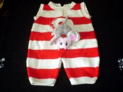 Детский вязаный комбинезон с мягкой игрушкой на шнурке. Для малыша от 2-ух месяцев. Пряжа  - мягкая не колючая полушерсть. На спинке молния.