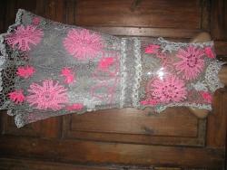 Вечернее платье выполнено в технике ирландского кружева,украшено бусинами под жемчуг и хрусталь.Нижняя юбка-фатин.р-р 44-46