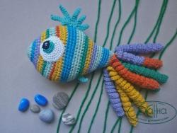 Рыбка-Радуга - ваше спокойствие и радость для малыша ;) Связана из хлопка 100%, наполнена холлофайбером (прост в уходе и безопасен), все детали вышиты или пришиты. С ней можно играть везде и всегда, а хвостик-спиральки помогают малышу успокоиться, почувствовать себя в безопасности и подарить вам улыбку.  Игрушка может быть выполнена на заказ в любом цвете и количестве. Чудесный подарок для вашего ребенка или на случай гостей ))