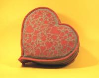 Косметичка выполнена из льняной ткани, уплотнена силиконом, змейка длиной 37 см (расположена с одной стороны сердца). На лицевой части машинная вышивка из множества сердец. Вместительная и удобная для хранения милых женских штучек. Оригинальный подарок на день Св.Валентна