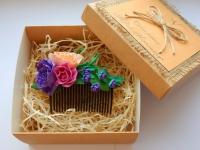 Яркий, привлекающий внимание гребень из фоамирана в авторской коробке подчеркнет вашу красоту