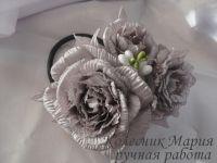 Красивые и нарядные украшения как для маленьких леди, так и взрослых принцесс. Красивые цветы канзаши, смотрятся празднично и могут подойти к любому наряду. Каждый заказ обсуждается индивидуально и выполняется в максимально короткие сроки. Композиция из роз сделана из ткани, основа под цветочки по индивидуальному желанию – можно сделать под обруч, заколку-автомат, резинку и т.д. Размер композиции 10х8см (размер приблизительный). Оплата на карту, предоплата 100%. Отправка Новой Почтой, ИнТайм, Укрпочтой. Доставку оплачивает покупатель, кроме Укрпочты.