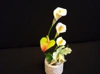 Маленькая настольная композиция, состоящая из орхидеи Каттлея, антуриума и калл.