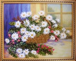 Корзина с ромашками создана атласными лентами, мулине на качественном принте, использованы природные материалы. Ромашки всегда радовали глаз своей простотой и изящностью. Пусть в вашем доме цветёт ромашковый рай и создаёт вам ежедневно хорошее настроение.