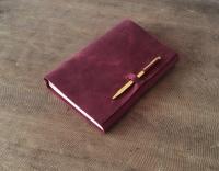 КОД: 10-01 Софт-буки — это дизайнерские кожаные блокноты в мягкой обложке. Каждый элемент этих блокнотов придуман с особым вниманием к деталям — для творческих разработок, записей сокровенных мыслей, создания эскизов и делового планирования. 100% ручная работа. Вы можете выбрать любую кожу из наличия для этого блокнота. ( черный, синий, шоколад, коньяк. изумруд. бордо ) - 100% натуральная кожа Crazy Horse Состоит блокнот из 120 листков (2 сменных блока по 60 листов) гладкой офсетной бумаги отличного качества. Цветность бумаги можно выбрать: белая, слоновой кости или из экологической крафт- бумаги натурального бурого цвета. Формат А5 Возможный формат: А4, А5, А6, longer-21/12см. Цена зависит от формата. Для заказа выберите один из вариантов: по телефону, по Вайбер/Телеграм или через интернет-магазин. После поступления Вашей заявки Вами вяжется наш специалист. Выполнение заказа 2-4 дня  Важно! После заказа всегда более подробно уточняйте комплектацию и технические характеристики выбранной модели.