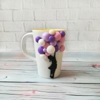 МАТЕРІАЛИ: Кружка декорована полімерною глиною Cernit у вигляді дівчинки з багатьма кольоровими кульками. Всі деталі покриті лаком, а сама композиція до кружки прикріплена з допомогою епоксидної смоли.  РОЗМІР керамічна ??кружка білого кольору об