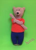 Мягкая игрушка мишка, по мотивам всемирно известных твидовых медведей Филомены клосс (Philomena Kloss), вязаный вариант. Одежда полностью снимается. Все элементы медведя крепко пришиты, носик и глазки вышиты нитками, что полностью безопасно для самых маленьких деток. Материал – 100% хлопок. Наполнитель – гипоаллергенный холлофайбер. Размер – 35 см.