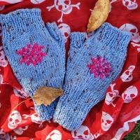 Мітенки жіночі Жіночі мітенки із вишивкою на зиму, осінь та весну. Прикрасять ваші ручки та зігріють їх. Мітенки мають досить довгий манжет, який можна заправити під рукава верхнього одягу для більшого комфорту та тепла. Прати руками або в пральній машинці в режимі прання вовни, використовуючи засіб для прання делікатних тканин, при температурі не вище 40 С. Сильно не викручувати. Сушити в розправленому вигляді на плоскій поверхні.  100% акріл Загальна довжина: 20,5 см Довжина манжету: 7 см Обхват долоні: 18 см Підійде на обхват долоні 17-20 см.