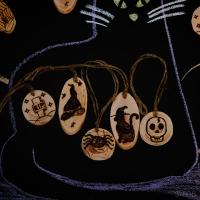 Друзі! Вже скоро Геловін — дуже цікаве та незвичне свято, яке лякає своєю красою!  В Україні не всі святкують Геловін, але майже всі знають його атрибутику — прекрасні жахіття, Ліхтарі Джека, вирізані з гарбузів та ще багато лякаюче-гарного! Свято, яке й далі набуває популярності в світі.  Ми — за красу ❤ Тож зробили для вас святкові іграшки, що прикрасять ваші оселі, офіси та подвір′я :)  Набір еко-іграшок ′Щасливого Геловіну′ вже може поїхати до вас :)