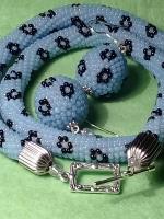 Пропоную набір прикрас,а саме - колье та сережки. Техніка плетіння-крючком,сережки-оплетена бусина.Бісер чеський.Дуже красиво виглядає на моделі. Довжина кольє 43 см + застібка , товщина кольє-1 см..Диаметр сережок 2,5 см,довжина 4,5 см