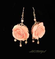 Длина от швензы 5,5 см диаметр розы 3,2 см. выполнены из запекаемой полимерной глины материал- полимерная глина, металл светлый под серебро, бусы под розовый жемчуг