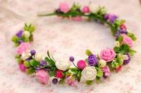 Красивый веночек подойдет под любую прическу для праздника, фотосессии, свадьбы. Наиболее выигрышно будет смотреться с распущенными волосами или легкими локонами. Венок выполнен в кремовых, розовых и фиолетовых цветах, на проволочной основе, использованы розочки из фоамирана, глянцевая и сахарная калина, тычинки, веточки зелени. Размер веночка регулируется ленточкой. Подходит как деткам, так и взрослым.