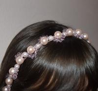 В работе использованы материалы: основа-обруч металлический, бусины, бисер. Ободок для волос поможет красиво и оригинально украсить повседневную и праздничную прическу!