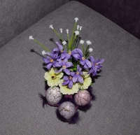 Материалы: искусственные цветы, декоративная зелень, яйца (пластик), натуральные перья. Размер: ширина 12 см, высота 20 см. Замечательное интерьерное украшение!