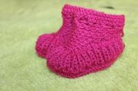 Щоб маленькі ніжки були в теплі. Для малят віком від 3 - до 8 місяців. Матеріал - акрил, приємний до тіла і добре зберігає тепло. (В наявності по 2 пари кожного кольору) - рожеві та білі.