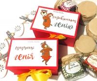 90% людей надають перевагу подарункам матеріальним(ті, які можна в руки взяти), а особливо, коли подарунок смачний, то і задоволення він доставляє в рази більше.  Подарункові наборчики для пари на дві баночки по 200мл - це саме те, що не залишить байдужим. Оригінальна дизайнерська коробочка зі стильною наклейкою і смачним складом:  Для генія - джем(смак обираєте із наявних) і чай трав