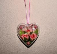 Материал: основа сердце (пластмасс). Подвеска украшена: тканевые розочки , бусины. Размер: высота 7,5 см, ширина 8 см. Чудесный подарок на день Святого Валентина!