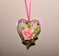 Материал: основа (пластмасс). Подвеска украшена: тканевая розочка, бусины. Размер: высота 7,5 см, ширина 8 см. Оригинальный подарок для Любимых к празднику Влюблённых!
