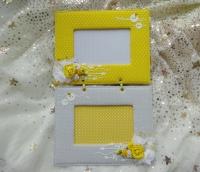 Яскрава подвійна фоторамка для дівчачих фото. Основа з картону, верх із бавовняної тканини, на зворотньому боці є 2 кріплення. Рамки розраховані на фото розміром 10*15 см.