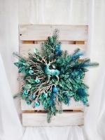 Очень яркий, стильный, невероятно красивый и сказочный декор на рождество и новый год в трендовом цвете павлин.  Красивые ветви в цвете розового золота, сочная декоративная зелень с паетками, могучий олень и новогодние шары в цвет создают волшебную композицию, которая еще и светиться прохладным led-светом!  Этот невероятный декор станет изюминкой ваших праздников!   Снежинка упакована в коробку. Больше фото и видео работ: https://www.instagram.com/homewreath/