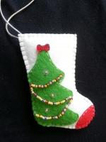 Тендітний сапожок із фетру ручної роботи, вишитий бісером, можна як на ялинку, можна просто в подарунок) виглядає дуже оригінально. Дивіться інші мої роботи!  Іграшки об′ємні, набиті синтепоном.