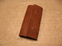 Лаконічна шкіряна ключниця. Для шанувальників мінімалізму.  Якісна шкіра ′Крейзі Хорс′, тільки ручна робота.  Кількість карабінів: 6  Застібка: кобурний гвинт - 2 шт  Розмір: закрита - 7 см х 13,5 см, відкрита - 19,5 см х 13,5 см  Колір: коньячний (можливі кольори: коричневий, оливковий, коньячний)