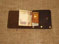 """Шкіряний гаманець для тих, хто любить мінімалізм і комфорт. Гаманець має відділення для купюр і банківських карт. Він легко поміщається в кишені джинсів або шортів. Він виготовлений з високоякісної шкіри """"Крейзі Хорс"""".  Розмір: 4 дюйми (10 см) x 3 1/2 дюйми (9 см).  Колір: коричневий"""