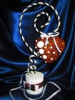 """Ароматный топиарий из кофейных зерен, в форме сердца — великолепный подарок для самых близких и любимых.Топиарий """"Подарок любимым"""" , название говорит само за себя. Помните, что никогда не будет лишним сказать о своих чувствах. Данный топиарий прекрасная тому возможность.Высота топиария 36 см.Возможна отправка по Украине Новой почтой."""