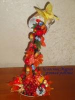 Удивительная осенняя композиция с фруктами и ягодами в чашке и блюдце. Кленовые искусственные листочки имеют натуральный вид. Композицию дополняют ягоды и фрукты. Чашка и блюдце керамические, отделка джутовым шпагатом, тесьмой и сизалем. Нежная, красивая, вдохновляющая композиция из цветов ручной работы в чашке. Прекрасное украшение на Вашей кухне, интересный и уникальный подарок ценителю красивых вещей ручной работы. Высота (приблизительно) 31см, диаметр композиции с блюдцем 17см (приблизительно). Материалы изготовления: искусственные кленовые листья, искусственные фрукты и ягоды, декоративные травка, колоски, насекомые, джутовый шпагат, тесьма, сизаль, керамическая чашка и блюдце. Работа изготавливается только под заказ. Срок изготовления 5-7 дней. Работа может отличаться от представленных фото, т.к. это авторская ручная работа повторить точную копию не возможно!