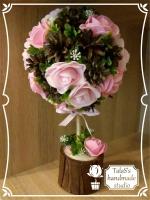 В работе использованы: пенопластовая заготовка 10 см, деревянная шпажка, джут, шишки натуральные, розы из фоамирана 6 см двух оттенков розового, флористическая зелень (самшит с белыми мини цветочками), розовая репсовая лента,  гипс. Высота дерева — 32,5 см, диаметр кроны — 17,5 см Кашпо круглое из коричневой бересты (высота — 7 см, диаметр – 8 см)   В РЕАЛЬНОСТИ РОЗЫ БОЛЕЕ ЯРКИЕ