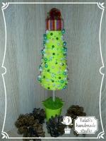 В работе использованы: конус из пенопласта 18 см, деревянная шпажка, джут, пряжа салатового цвета, жемчуг на леске (розовый, мятный), полубусины (айвори 8 мм, зеленые 6 мм, кремовые 6 мм), шапочка из пряжи, мох стабилизированный зеленый, гипс. Высота дерева — 29 см, высота елочки — 18,5 см Металлическое ведерко-кашпо салатового цвета (высота — 5 см, диаметр – 5 см)