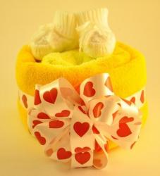 Оригинальный и нужный подарок для ребенка и родителей!  Все вещи обязательно пригодятся малышу !!!   Состав:  - большое детской полотенце для купания 95х95 см (100 % хлопок) - 1 шт.  - тёплый детский комбинезон (90 % хлопок)  - 1 шт.  - пинетки вязаные - 1 шт.