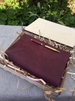 Подарочная деревянная коробка предназначена для упаковки кожаных блокнотов размера А5.  Ручная работа. Деревянная коробка может стать чудесной упаковкой для красивого подарка- блокнота в мягком переплете , который вы хотите подарить своему другу. Так же это может быть подарок для партнера , подарок для любимой девушки или подарок для парня.