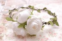 Рустик и свадьбы hand made – это всегда простота и сдержанность. Именно поэтому лучше всего выбирать образ невесты с венком из лимониума, рускуса, суккулентов или танацетума. Каждое из этих растений – простое и лаконичное!  Также вы можете использовать розы – изысканный цветок для любого торжества.  Мы предлагаем Вам венок с пионами, очень нежный, невесомый и романтичный, прекрасно дополнит образ невесты в стиле рустик. Венок на проволочной основе, гибкий.