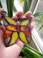 Ручная работа, маленький витраж из цветного стекла в технике Тиффани.  Это будет оригинальная деталь декора вашего дома или сада. Он будет изумительным подарком на день рождения,  на новоселье, или презентом любимому другу. Яркие бабочки будут радовать вас весь год.  В комплект к витражу входят: цепочка, силиконовый держатель. Материал : Стекло, медная фольга, припой, патина, медная проволока Размер детали Ширина 7 см Высота   7 см Каждый витражный декор надежно упакован в коробку для доставки его клиенту в отличном состоянии. Инструкция по уходу: 1.Промойте под холодной водой 2.Дайте изделию высохнуть 3.При необходимости протрите мягкой тканью без ворса