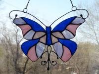 Ручная работа, маленький витраж из цветного стекла в технике Тиффани.  Это будет оригинальная деталь декора вашего дома или сада. Он будет изумительным подарком на день рождения,  на новоселье, или презентом любимому другу. Яркие бабочки будут радовать вас весь год.  В комплект к витражу входят: цепочка, силиконовый держатель. Материал : Стекло, медная фольга, припой, патина, медная проволока Размер детали Ширина 19 см Высота   15 см Каждый витражный декор надежно упакован в коробку для доставки его клиенту в отличном состоянии. Инструкция по уходу: 1.Промойте под холодной водой 2.Дайте изделию высохнуть