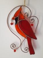 Витражная подвеска на окно « Красный кардинал » Ручная работа, маленький витраж из цветного стекла в технике Тиффани.  Это будет оригинальная деталь декора вашего дома или сада. Он будет изумительным подарком на день рождения,  на новоселье, или презентом любимому другу. Яркие цвета будут радовать вас весь год.  В комплект к витражу входят: шпагат джутовый, силиконовый держатель. Материал : Стекло, медная фольга, припой, патина, медная проволока Размер изделия: Ширина 6 см Высота 19 см Каждый витражный декор надежно упакован в коробку для доставки его клиенту в отличном состоянии. Инструкция по уходу: 1. Промойте под холодной водой 2. Дайте изделию высохнуть 3. При необходимости протрите мягкой тканью без ворса