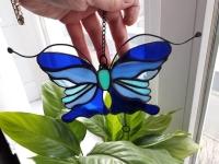 Ручная работа, маленький витраж из цветного стекла в технике Тиффани.  Это будет оригинальная деталь декора вашего дома или сада. Он будет изумительным подарком на день рождения,  на новоселье, или презентом любимому другу. Яркие бабочки будут радовать вас весь год.  В комплект к витражу входят: цепочка, силиконовый держатель. Материал : Стекло, медная фольга, припой, патина, медная проволока Размер детали Ширина 14 см Высота   10 см Каждый витражный декор надежно упакован в коробку для доставки его клиенту в отличном состоянии. Инструкция по уходу: 1.Промойте под холодной водой 2.Дайте изделию высохнуть