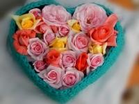 Кого удивишь вязаной корзиной?..  Добавьте подарку индивидуальности, наполнив корзинку любимыми конфетами вашей мамы или девушки. Не менее эффектно будет смотреться корзина с цветами (как на фото). Конфеты съедятся, цветы завянут, а практичная и яркая корзина прослужит еще долго, напоминая о вас   Представленных корзин уже нет в наличии, ориентировочная цена для заказа 350 грн