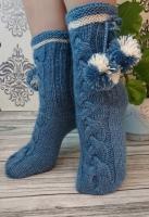 Вязаные носки с милыми помпонами - красивые домашние носки для хорошего настроения. Отличный подарок маме, девушке, жене, дочке, сестре, подружке или для любимой бабушки.  Размер: 35-37 цвет: голубой  белый  Вы можете купить носки для себя или в подарок! Могу сразу выслать в подарочной упаковке и на имя получателя.  Уход: деликатная машинная стирка при 30 градусах или ручная стирка.  Яркость и оттенок цветов могут незначительно отличаться от того, что вы видите на своем экране.