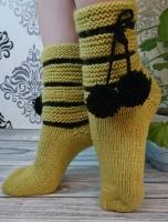 Вязаные носки с милыми помпонами - красивые домашние носки для хорошего настроения. Отличный подарок маме, девушке, жене, дочке, сестре, подружке или для любимой бабушки.  Размер: 36-38 цвет: оливковый  черный  Вы можете купить носки для себя или в подарок! Могу сразу выслать в подарочной упаковке и на имя получателя.  Уход: деликатная машинная стирка при 30 градусах или ручная стирка.  Яркость и оттенок цветов могут незначительно отличаться от того, что вы видите на своем экране.