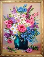 Красиво подобрана связка цветов — Созвездье волшебное ароматов, Любимцы бульваров, аллей и садов, Поклонники алых восходов, закатов… Гвоздика, жасмин, базилик, тубероза, Кругами цветными лежит красота, Дарует нам радости светлые слезы, В которых мерцает небес чистота. Кузьминская Лариса  Картина вышита атласными лентами, бисером и шёлком на качественном принте.